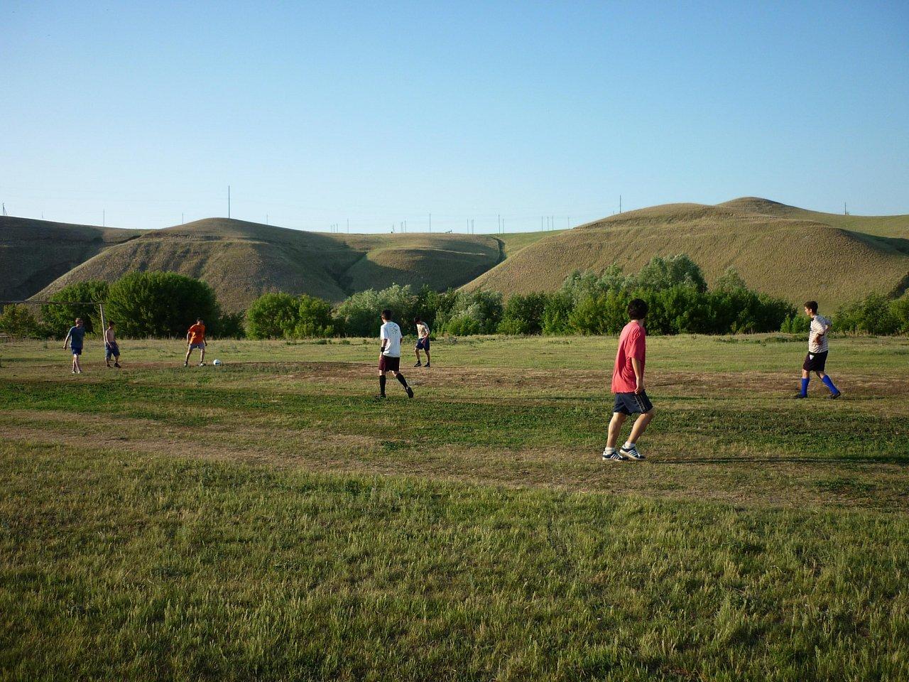 Футбольное детство в деревне : вместо штанг - пустые банки из-под краски, макушка головы вратаря - уровень перекладины