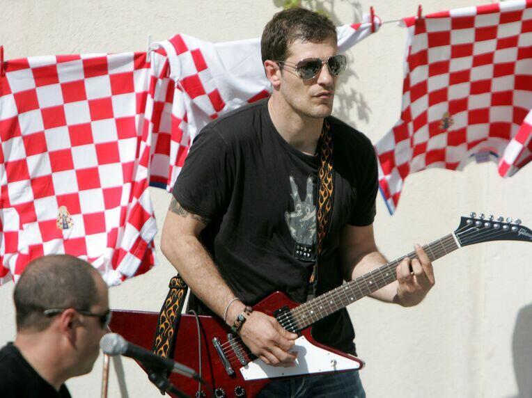 Футболисты со скрытыми музыкальными талантами: Алиссон, Санчес и Чех