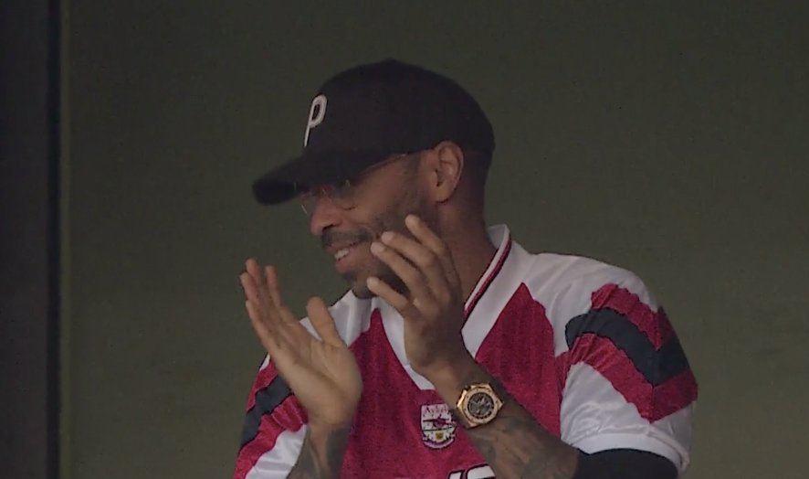 Анри наслаждался победой «Арсенала» в дерби с трибун – сидел рядом с основателем Spotify, который  в апреле хотел купить клуб у Кронке