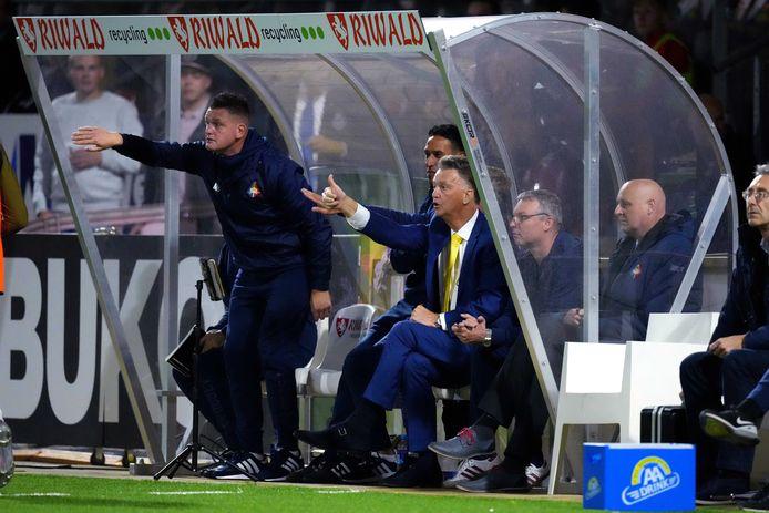 Ван Гал появился на матче второго голландского дивизиона: был на скамейке, несмотря на статус тренера сборной